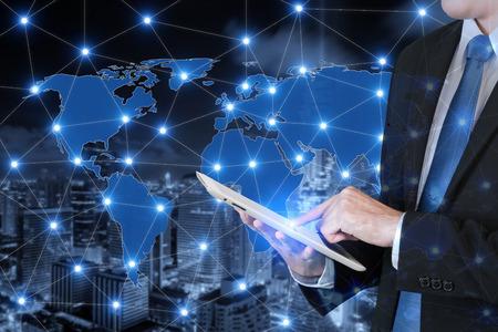 Dubbele blootstelling van zakenman die digitale tablet gebruiken die globale zaken verbinden. Technologie en netwerkverbinding concep.