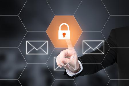 Hombre de negocios presionando el botón de seguridad de correo electrónico en pantallas virtuales. Utilice para el concepto de internet de tecnología empresarial