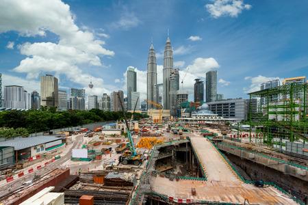 クアラルンプール市街のスカイラインとクアラルンプール、マレーシアでの超高層ビル建築施工現場