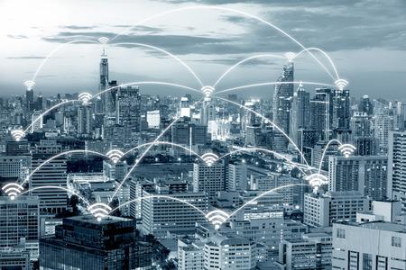 icono de Wi-Fi y la ciudad de Bangkok con el concepto de conexión de red, elegante ciudad de Bangkok y la red de comunicación inalámbrica, la imagen visual abstracta, Internet de las cosas. Foto de archivo