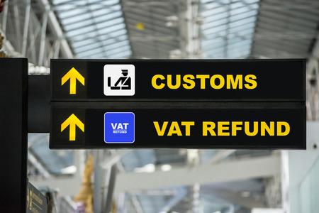 空港のターミナルで空港税還付や通関署名します。 写真素材