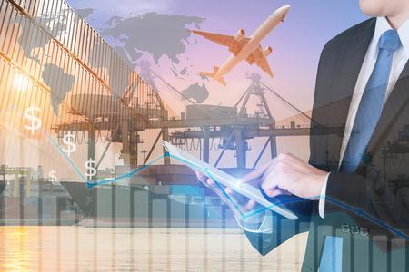 사업가 프레스 물류 수출 무역 배경 글로벌 네트워크 파트너 연결 무역 사용을 보여주는 디지털 태블릿. (NASA가 제공 한이 이미지의 요소) 스톡 콘텐츠