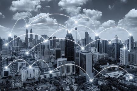 Netwerk business conection systeem op Kuala Lumpur stad op de achtergrond. Netwerkbedrijf conection concept.