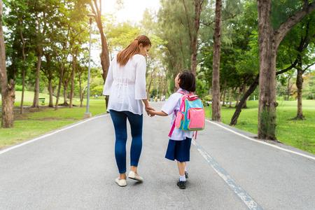 Aziatische moeder en dochter student lopen naar school.Pupil student. Stockfoto