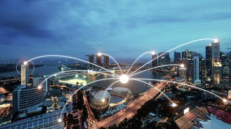 배경에 싱가포르 스마트 도시 풍경에 네트워크 비즈니스 연결 시스템. 네트워크 비즈니스 연결 개념 스톡 콘텐츠
