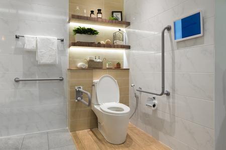 Interior del cuarto de baño para las personas con discapacidad o de edad avanzada. Barandilla para personas con discapacidad y de edad avanzada en el baño