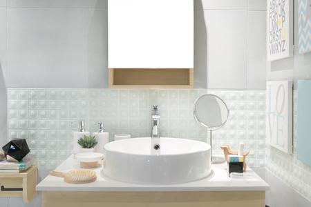 싱크 분 지 꼭지 및 미러 욕실의 인테리어. 현대적인 욕실 디자인입니다. 스톡 콘텐츠