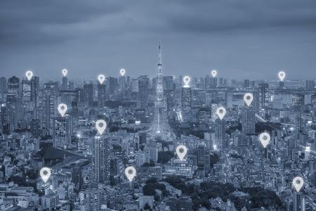 도쿄 도시 풍경 및 네트워크 연결 개념 위의지도 핀 플랫. 도쿄 스마트 도시.
