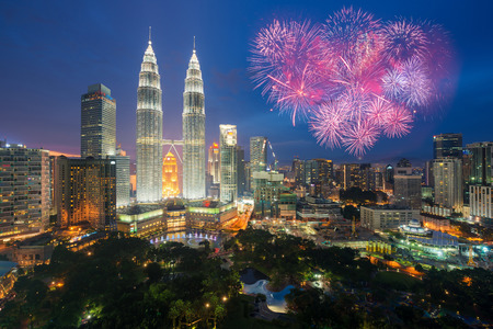 independencia: Kuala lumpur skyline with Fireworks celebration New year day 2017 or Malaysia Independence Day in Kuala lumpur, Malaysia.