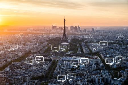 對巴黎城市和通訊泡沫聊天文字空白。技術和通信概念