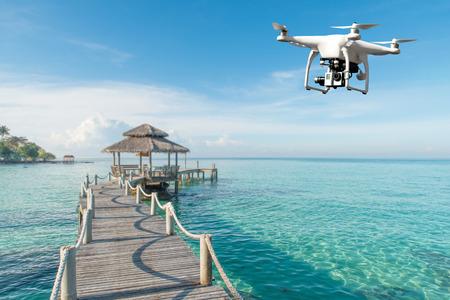Drone con fotocamera digitale ad alta risoluzione che vola sul mare tropicale in background a Phuket, in Thailandia. Bel paesaggio Archivio Fotografico - 67437502