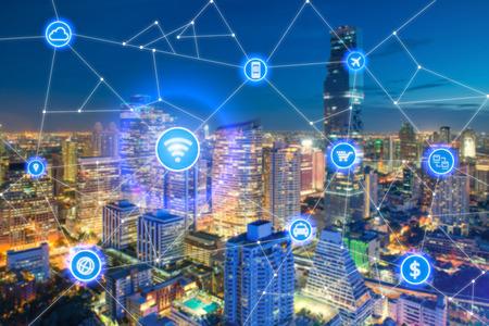 Smart stads- en draadloos communicatienetwerk, zakenwijk met kantoorgebouw, abstracte beeldvisuele, internet van dingenconcept Stockfoto