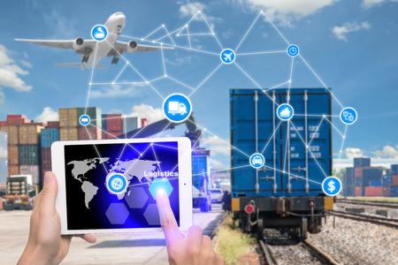 технология: Рука таблетки нажав кнопку Логистика соединения технологии интерфейса глобального партнера соединение для материально-технического экспорта импорта фоне. Бизнес-концепция логистики, Интернет вещей
