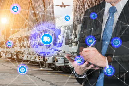 Zakenman ondertekening of het schrijven van een document voor Industriële Container Cargo vrachtschip, Online goods orders wereldwijd Internet of Things concept. Stockfoto