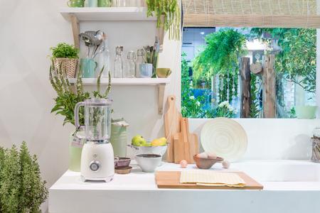 Binnenland van moderne keuken met mixer, blok, mes en keukentoestel binnenshuis.