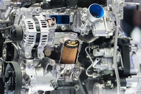 Motorölfilterquerschnittsanzeige innerhalb des Maschinenmotors im Auto.