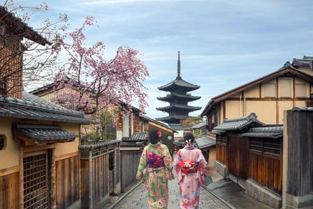 Couple asian women wearing traditional japanese kimono in Yasaka Pagoda and Sannen Zaka Street in Kyoto, Japan Editöryel