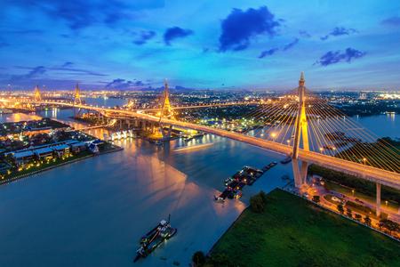 バンコク、タイのプミポン橋サンセット。バンコク、タイで工業リング道路橋。