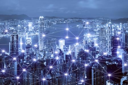 Sistema de conexión de negocios de red en el paisaje urbano inteligente de Hong Kong en el fondo. Concepto de conexión empresarial de red