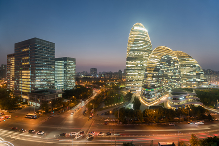 中国の北京で夜に WangJing ソーホーの北京の街並みと有名なランドマークの建物。