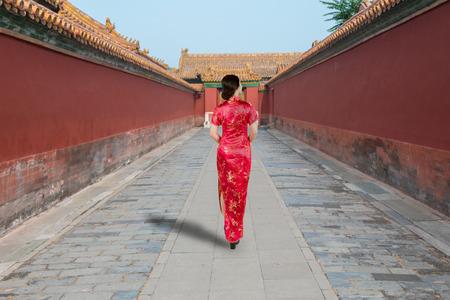 베이징, 중국에서에서 자금성에 오래 된 전통적인 중국 드레스에서 아시아 젊은 여자.