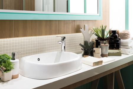 Wnętrze łazienki z kranem umywalkowym i lustrem. Nowoczesny projekt łazienki. Zdjęcie Seryjne