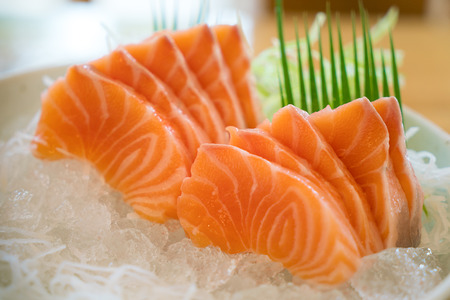 Raw salmon slice or salmon sashimi in Japanese style fresh serve on ice in bowl. 版權商用圖片