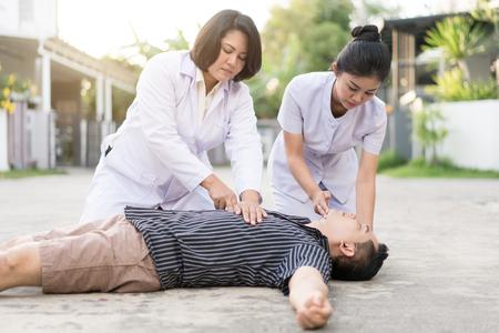 RCP de emergencia en un hombre que tiene ataque cardíaco, una parte del proceso de reanimación (primeros auxilios)