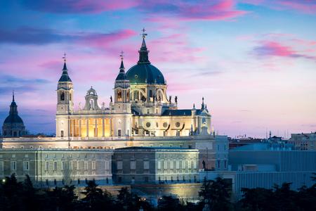 Hito de Madrid en la noche. Paisaje de la Catedral de Santa María la Real de La Almudena y el Palacio Real. Hermoso horizonte en Madrid, España. Foto de archivo