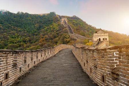 China Die Fernsicht der großen Mauer komprimierte Türme und Wandsegmente Herbstsaison in den Bergen nahe Pekings altem chinesischen Festungsmilitär-Wahrzeichen in Peking, China.