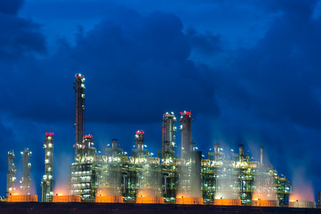 Chaudière de paysage dans la centrale électrique de flux la nuit. Centrale électrique.