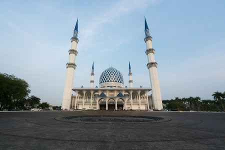 Salahuddin Abdul Aziz Shah Mosque (also known as the Blue Mosque, Malaysia) during sunrise located at Shah Alam, Selangor, Malaysia. Stok Fotoğraf