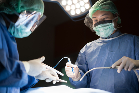 Asiatischer Arzt und Assistent im Operationssaal der Klinik für chirurgische venöse Gefäßchirurgie im Krankenhaus. Standard-Bild