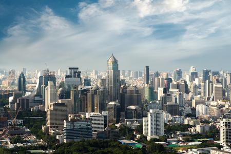 Nowoczesny budynek w dzielnicy biznesowej Bangkoku w Bangkoku z panoramą, Tajlandia.