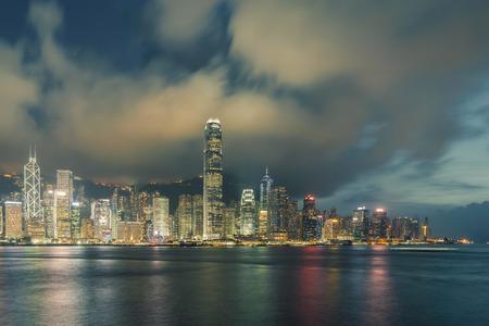 Nachtmening van Victoria Harbour in Hong Kong.