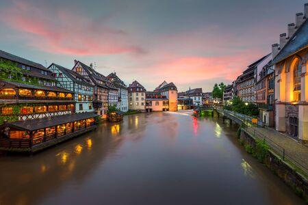 Schilderachtige vakwerkhuizen van Petite France in Straatsburg, Frankrijk. Franch traditionele huizen in Straatsburg, Frankrijk. Stockfoto