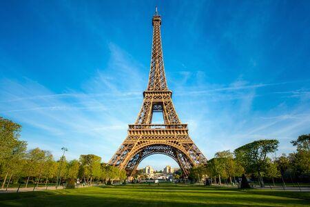 Krajobraz panoramiczny widok na wieżę Eiffla i park w słoneczny dzień w Paryżu, Francja. Koncepcja podróży i wakacji.