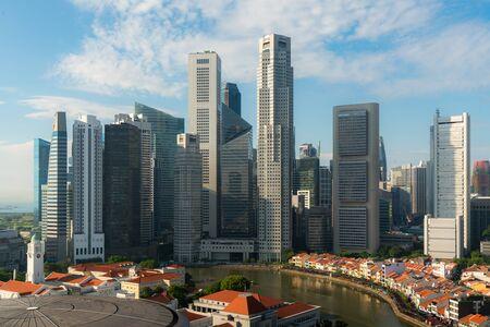 Panorama der Skyline des Geschäftsviertels von Singapur und des Wolkenkratzers bei Sonnenaufgang an der Marina Bay, Singapur. Asiatischer Tourismus, modernes Stadtleben oder Geschäftsfinanzierung und Wirtschaftskonzept.