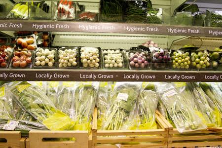 ハーブ、タイ皮きれいなハーブと野菜の店でのフル棚の棚。 報道画像