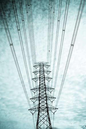 torres de alta tension: poste de electricidad, postes de electricidad principal en color verde pintura nublado cielo.