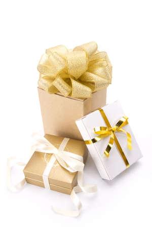 ゴールド ギフト、ゴールド クラシック リボンを持つ 3 つのゴールドのギフト ボックスのグループです。