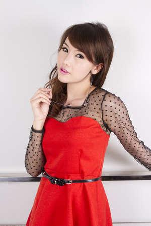 赤いドレスを着て立ちポーズかわいい赤、女性モデルです。