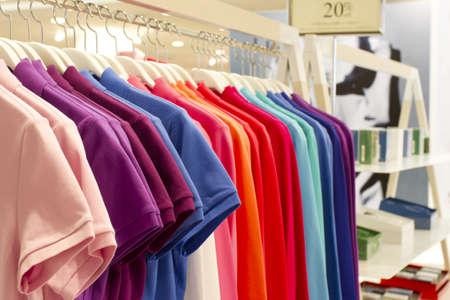 kledingwinkel: overhemd rij, kleurrijke overhemd rij decoratie.