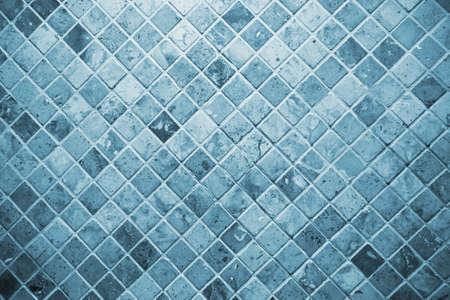 タイル、青い正方形のタイルのトイレの壁。