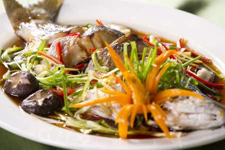 l'ensemble de soja cuits à la vapeur sauce de poisson, le serpent à tête de poisson cuit à la vapeur avec une sauce de soja