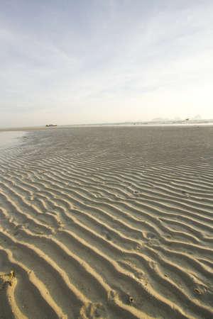 ebb: plaża, fala, fala na piaszczystej plaży w wodzie ebb Zdjęcie Seryjne