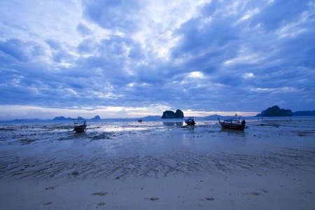 ebb: niedz świt plaża, zachód słońca, wschód słońca, wody i odpływ z łodzi na brzeg