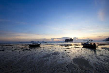 ebb: ebb Brzeg, sunset, wschód słońca, a odpływ wody z łodzi na brzeg
