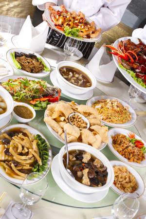 シェフ保持いくつかの料理と中華料理を混合混合の中華料理