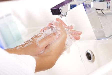 cleanness: lavaggio a mano, mano femminile lavaggio sapone acqua di rubinetto per la pulizia